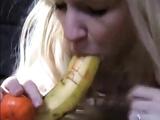 Deutsche Fettsau schiebt sich Banane ins Arschloch!